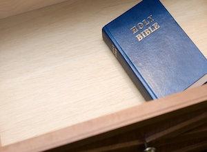 645801057-biblia-no-hotel