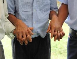 06-colombia-homens-orando