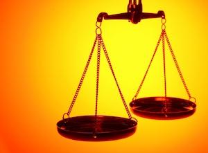midia-indoor-peso-balanca-justica-corte-decisao-julgamento-julgar-advogado-promotor-lei-legal-absolver-culpado-juiz-juiza-direito-advocacia-tribunal-liberdade-sentenca-1270587272393_1024x768
