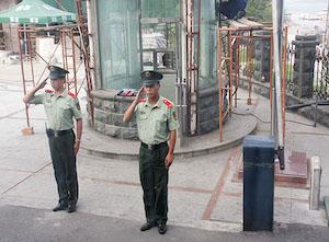 21-china-soldados-saudam-trem-de-passageiros
