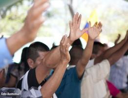 cristaos-colombianos-louvando