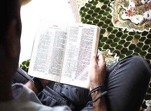 2287688843-cristao-perseguido-lendo-biblia-na-africa